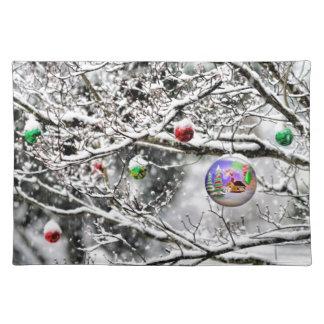 Bulbo del navidad que cuelga de árbol mantel