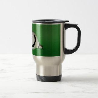Bulbo sonriente blanco en fondo verde taza de viaje
