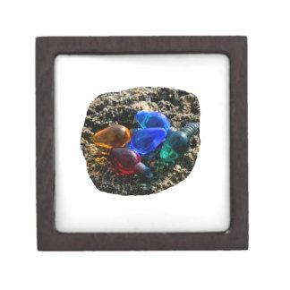 Bulbos coloridos del navidad en fotografía de la a caja de joyas de calidad