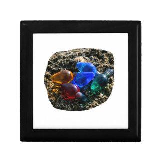 Bulbos coloridos del navidad en fotografía de la a caja de joyas