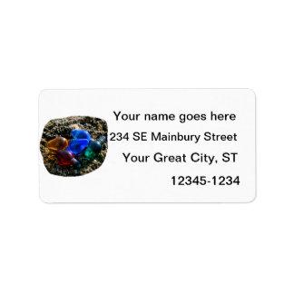 Bulbos coloridos del navidad en fotografía de la a etiqueta de dirección