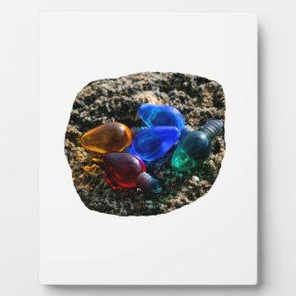 Bulbos coloridos del navidad en fotografía de la a placas con foto