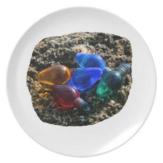 Bulbos coloridos del navidad en fotografía de la a platos