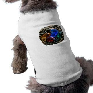Bulbos coloridos del navidad en fotografía de la a camiseta de mascota