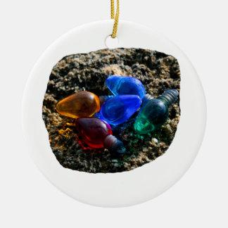 Bulbos coloridos del navidad en fotografía de la adorno redondo de cerámica