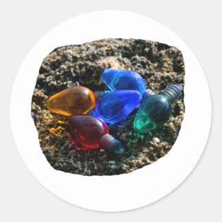 Bulbos coloridos del navidad en fotografía de la etiqueta redonda