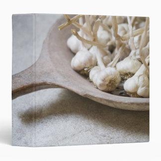 Bulbos del ajo en un cuenco de la loza de barro
