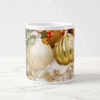 Bulbos festivos del navidad del oro taza de café gigante