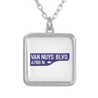 Bulevar de Van Nuys, Los Ángeles, placa de calle Collares