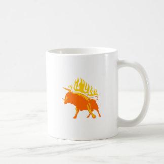 Bull en llamas taza