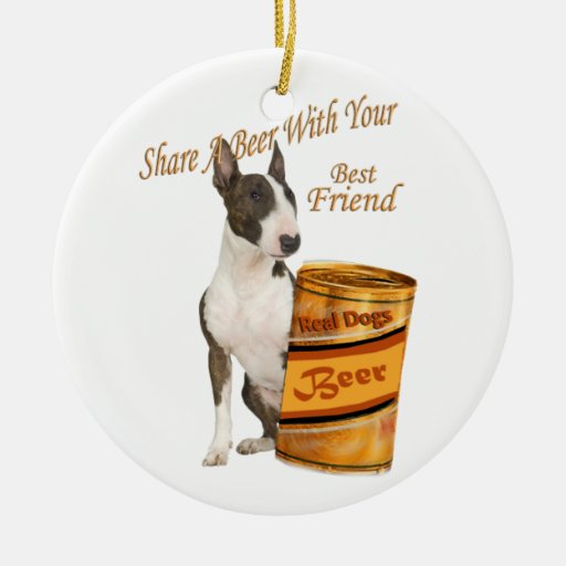 Bull terrier comparte una cerveza adorno redondo de cerámica