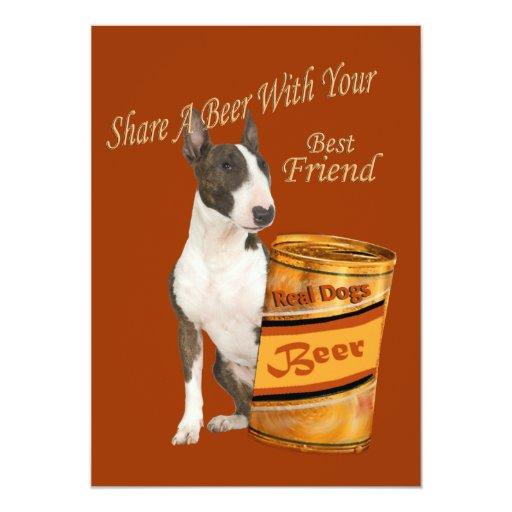 Bull terrier comparte una invitación de la cerveza