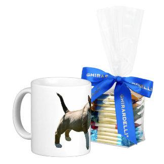 Bull terrier que trae la taza de café del perrito