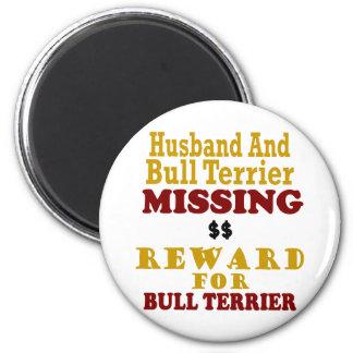 Bull terrier y recompensa que falta del marido por imán