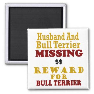 Bull terrier y recompensa que falta del marido por imanes de nevera