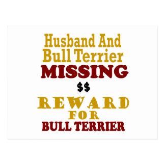 Bull terrier y recompensa que falta del marido por tarjetas postales