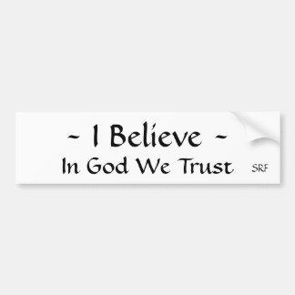 Bumpersticker… creo… a dios que confiamos en etiqueta de parachoque