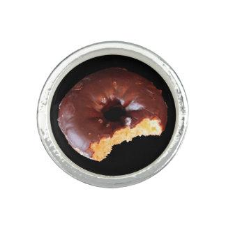 Buñuelo amarillo helado chocolate comido en parte anillos