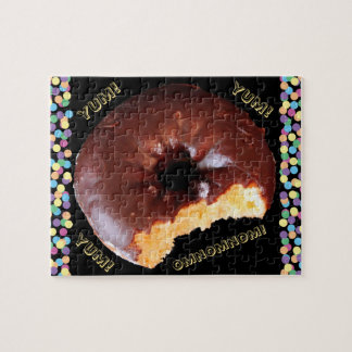 Buñuelo helado chocolate de la torta amarilla con puzzle con fotos