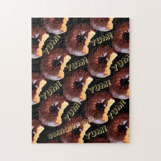 Buñuelo helado chocolate de la torta amarilla con puzzles