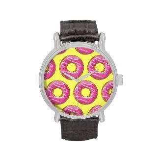 Buñuelos con la formación de hielo rosada relojes de pulsera