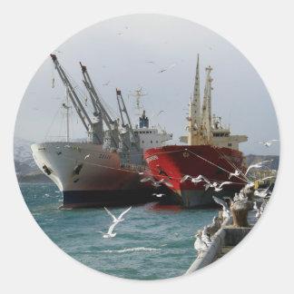 Buque de carga rojo y buque de carga blanco etiqueta redonda