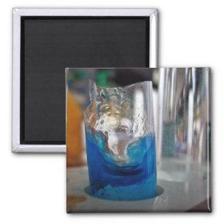 Buque de cristal derretido con la solución iman de frigorífico
