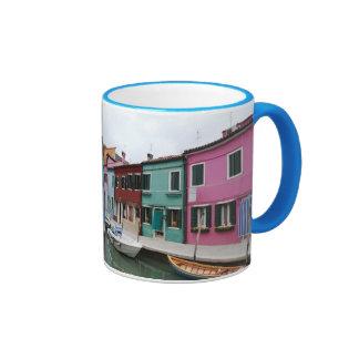 Burano en la laguna veneciana taza de dos colores