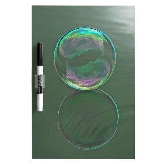 Burbuja que flota en el agua pizarra blanca