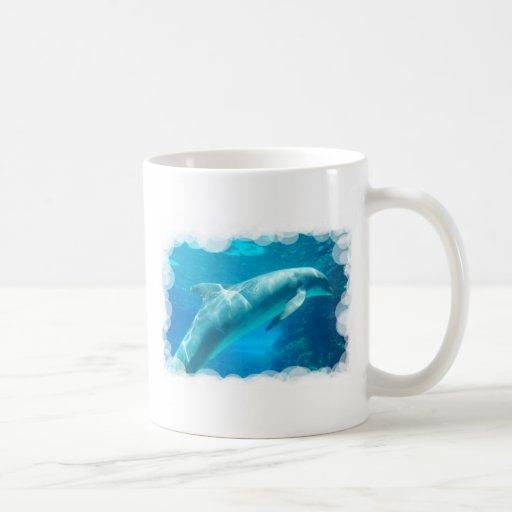 Burbujas del delfín taza básica blanca