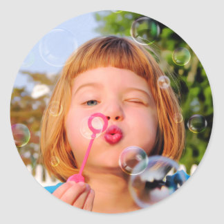 Burbujas que soplan del chica pegatina redonda