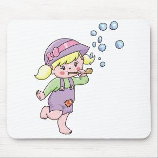 Burbujas que soplan del chica tapetes de raton
