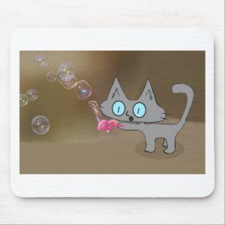 Burbujas que soplan del gato en el verano tapete de ratón