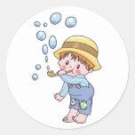 Burbujas que soplan del muchacho etiquetas redondas