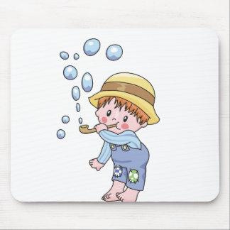 Burbujas que soplan del muchacho alfombrillas de raton