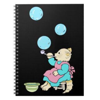 Burbujas que soplan del tubo - dibujos animados libreta