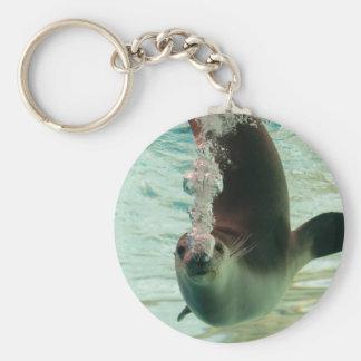 Burbujas subacuáticas que se zambullen del sello llavero redondo tipo pin