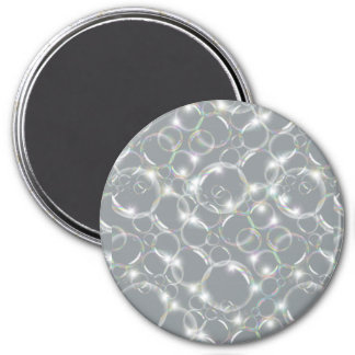 Burbujas translúcidas claras chispeantes en la pla iman de frigorífico