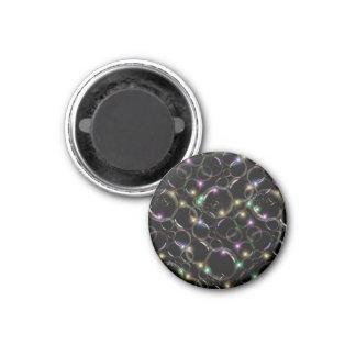 Burbujas translúcidas claras chispeantes en negro iman