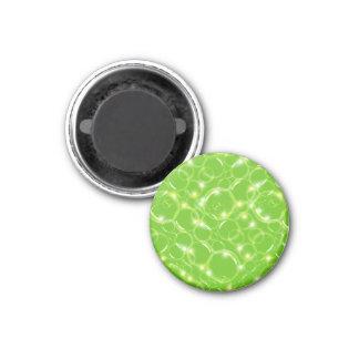 Burbujas translúcidas claras chispeantes en verde  imán de nevera
