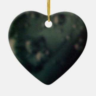 Burbujas verdes suaves en final metálico natural adorno de cerámica en forma de corazón