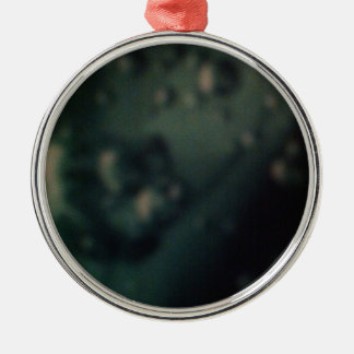 Burbujas verdes suaves en final metálico natural adorno redondo plateado