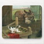 Burro del vintage y perro de perrito en corral vie tapetes de ratón