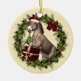Burro que lleva el gorra de Santa en el ornamento Ornamentos Para Reyes Magos