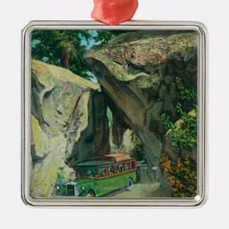 Bus turístico debajo de la roca del arco en el ornamento de navidad