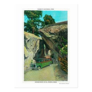 Bus turístico debajo de la roca del arco en el postal