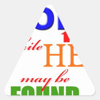 Busque al SEÑOR mientras que él puede ser Pegatina Triangular