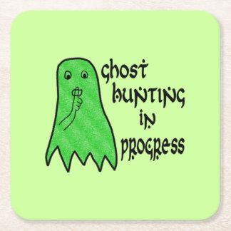 Búsqueda del fantasma en curso - fondo verde posavasos desechable cuadrado