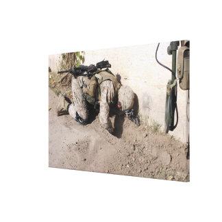 Búsquedas de un ingeniero de combate para los impresiones en lona