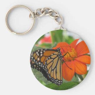 Butterly en la flor anaranjada llavero redondo tipo pin